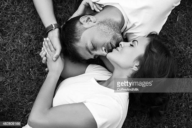 Uomo e donna si trovano sul prato