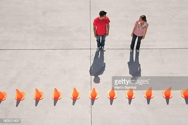 Homme et Femme à la recherche dans chacun d'autres avec la rangée de trafic