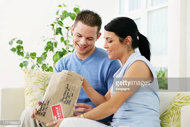 Mann und Frau öffnen ein-package