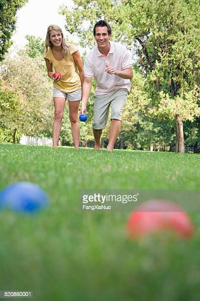 Homme et femme à l'extérieur en jouant de boules