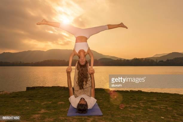 Mann und Frau üben Acroyoga im freien
