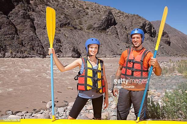 """""""homem e mulher pronto para rafting água branca"""" - rafting em águas selvagens - fotografias e filmes do acervo"""