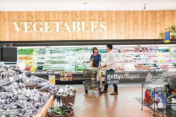 男性と女性のスーパーでのショッピングをセクション