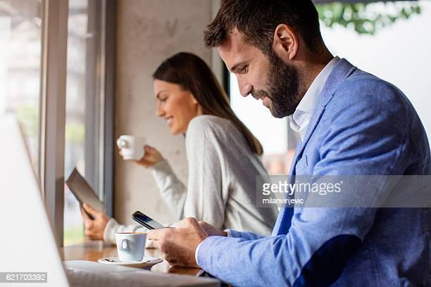 男性と女性のお客様には、コーヒーを飲みながら、カフェ