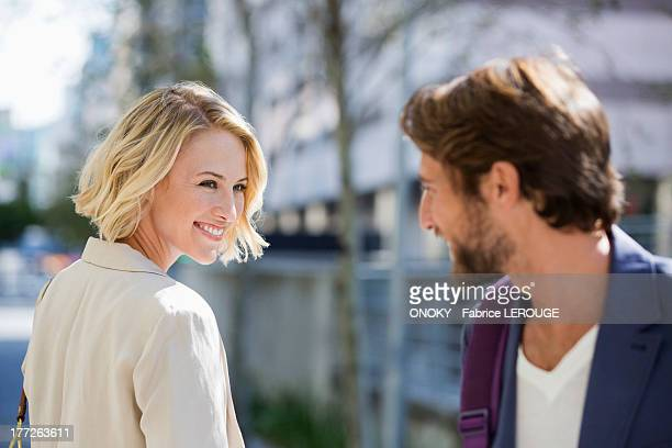man and woman smiling at each other - cara a cara imagens e fotografias de stock
