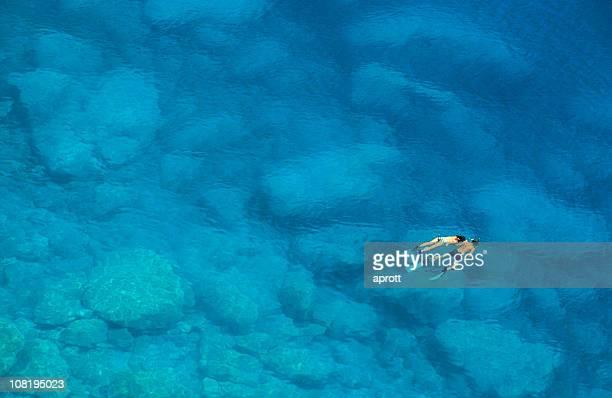 Uomo e donna snorkeling in blu del Mar Mediterraneo