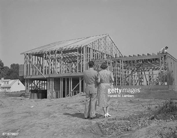 man and woman standing at construction site - {{ collectponotification.cta }} foto e immagini stock