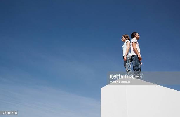Homme et Femme debout dos à dos à l'extérieur la boîte