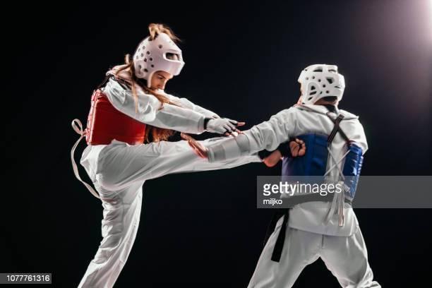 homem e mulher taekwondo combate - taekwondo - fotografias e filmes do acervo