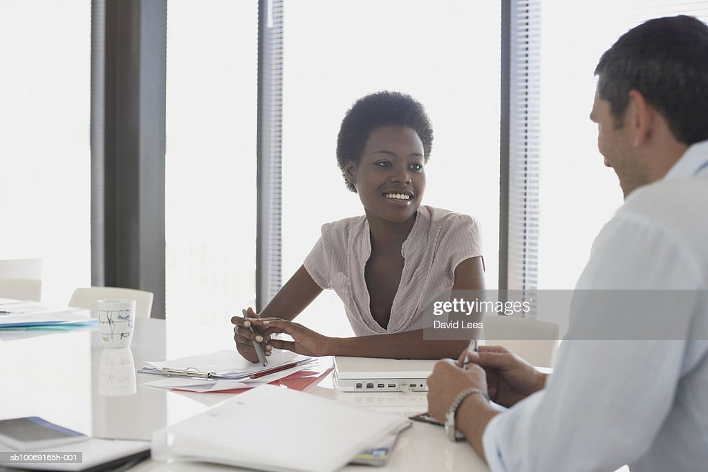 Man and woman talking in office : Stockfoto