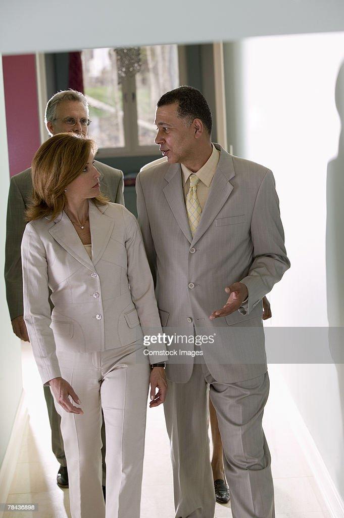 Man and woman talking : Stockfoto