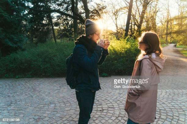 Mann und Frau zu Fuß in Łazienki Park in Warschau bei Sonnenuntergang