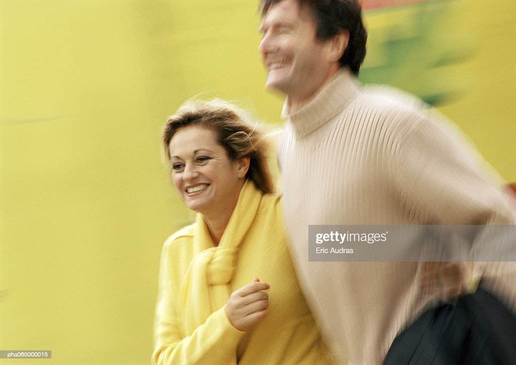 Man and woman walking together, blurred : Stockfoto