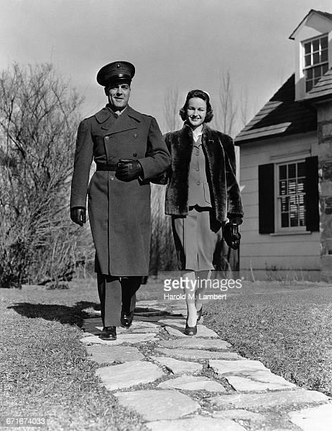 man and woman walking together - {{ contactusnotification.cta }} stockfoto's en -beelden