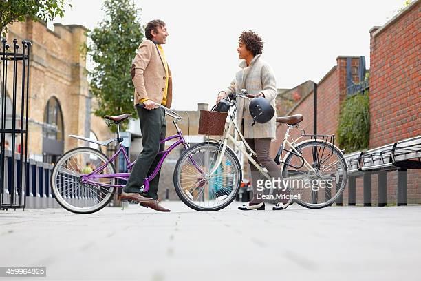 Mann und Frau mit Fahrrad auf der Fußgängerzone