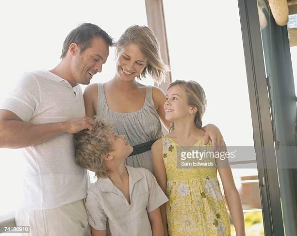 Mann und Frau mit Jungen und Mädchen im Freien