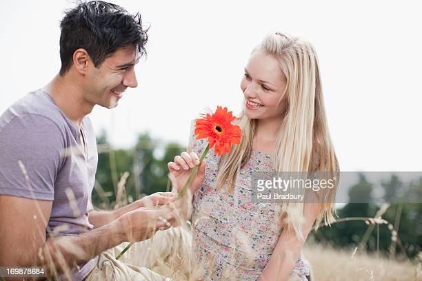 Mann und Frau mit Blume im ländlichen Bereich