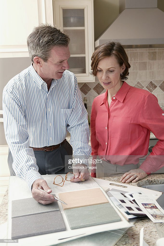 Man and woman with tile samples : Stockfoto