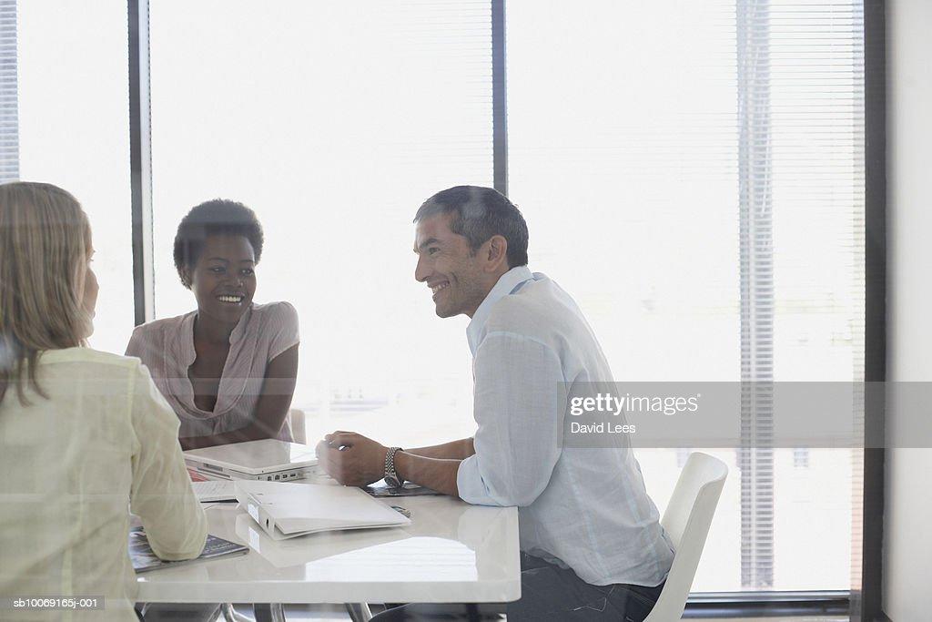 Man and women talking in office : Stockfoto