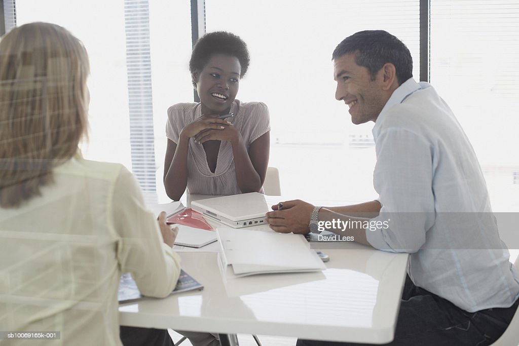 Man and women talking in office : Stockfoto