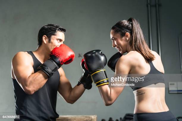 Mann und Frau mit Boxhandschuhen