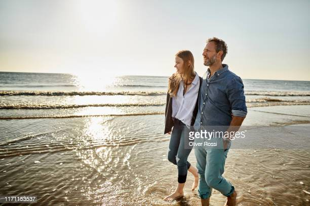 man and young woman wading in the sea - day 2 - fotografias e filmes do acervo