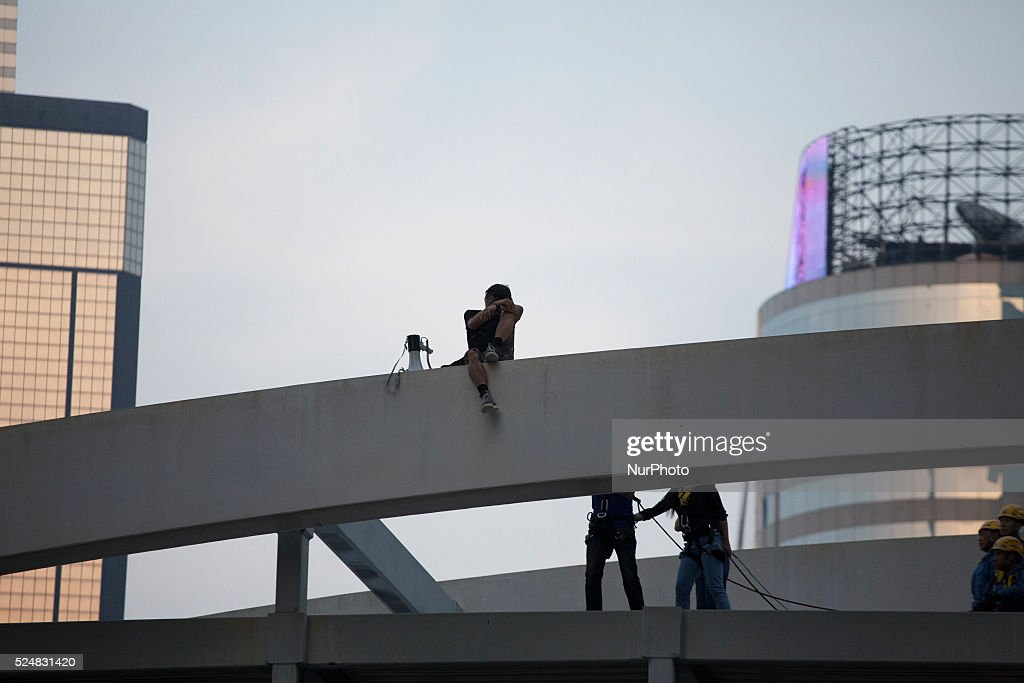 Man anti Pro-Democracy movement tthreatens to jump off the bridge as