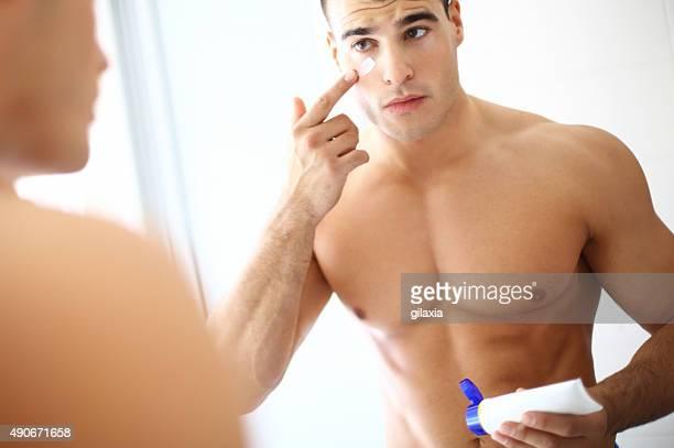 Mann, die Anwendung Creme auf Gesicht.