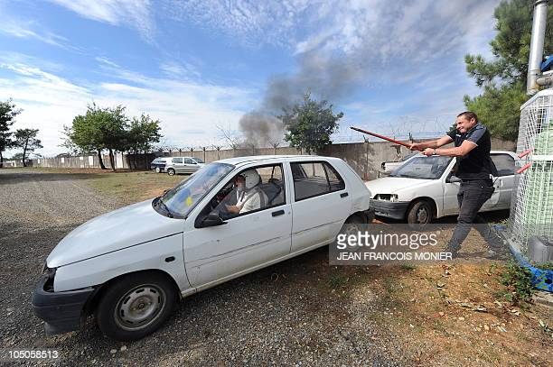 'TERRORISTES ET MANIFESTANTS LES DEUX CASSETETES DES CHAUFFEURS DE VIP' A man armed with an iron bar tries to steal a car during an attack exercise...