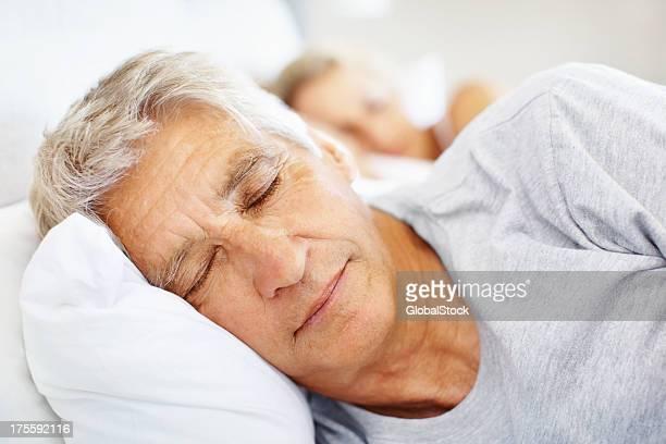 Mann schlafen im Bett