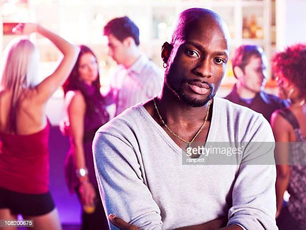 Hombre en un club nocturno