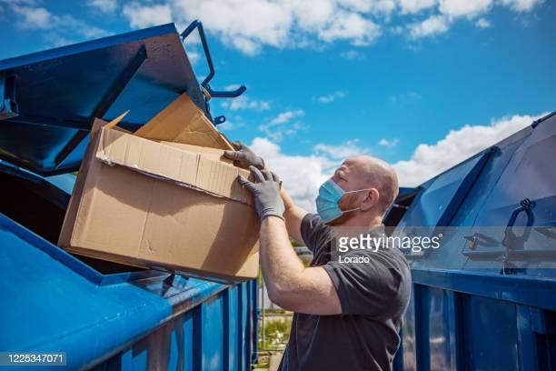 コロナウイルスの流行時に紙リサイクルセンターにいた男性 - 廃棄物処理 ストックフォトと画像