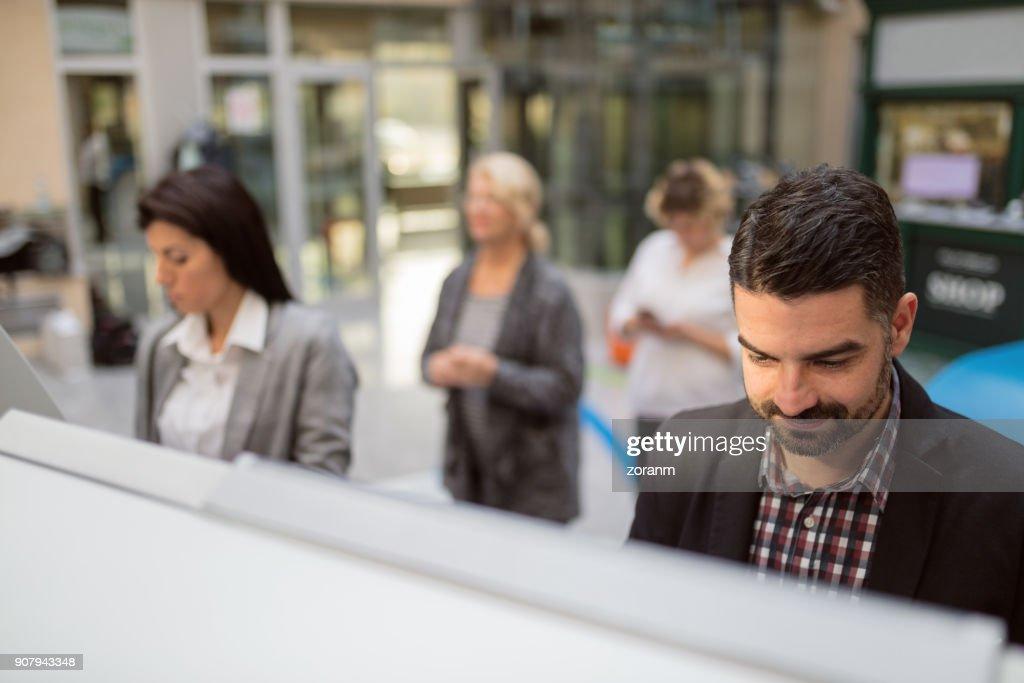 Hombre con cajero automático : Foto de stock