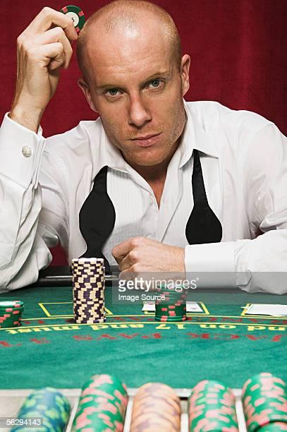Mann am blackjack-Tisch