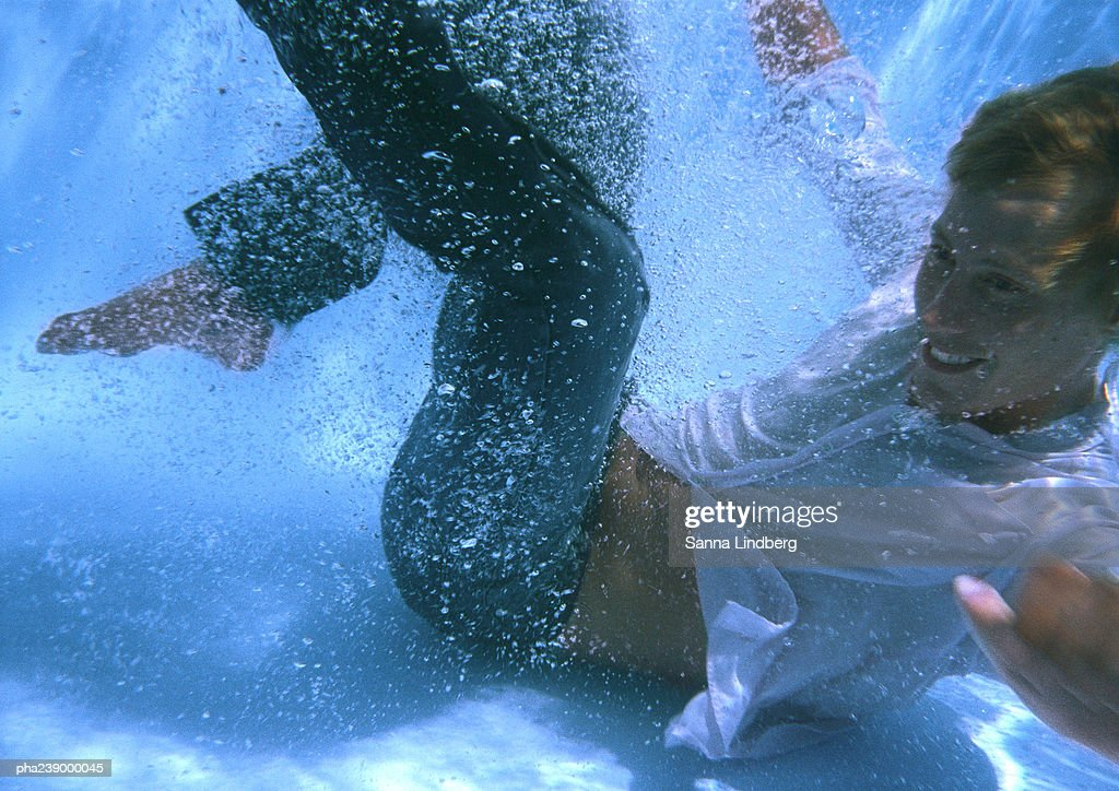 Man at bottom of swimming pool : Stockfoto