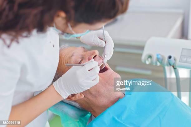 Hombre en revisión dental