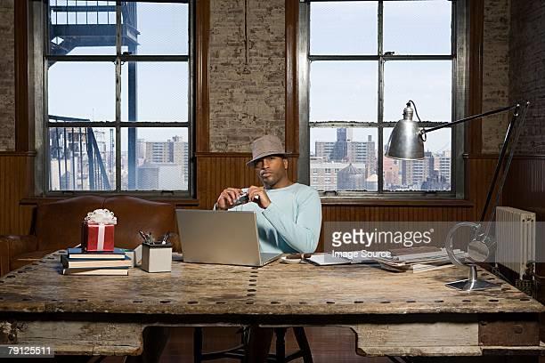 Afrikanische amerikanische Geschäftsmann in seinem Schreibtisch