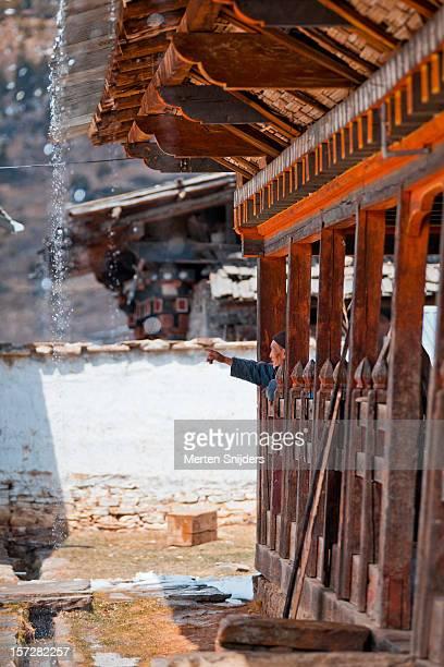 man at monastery during rainfall - merten snijders stockfoto's en -beelden