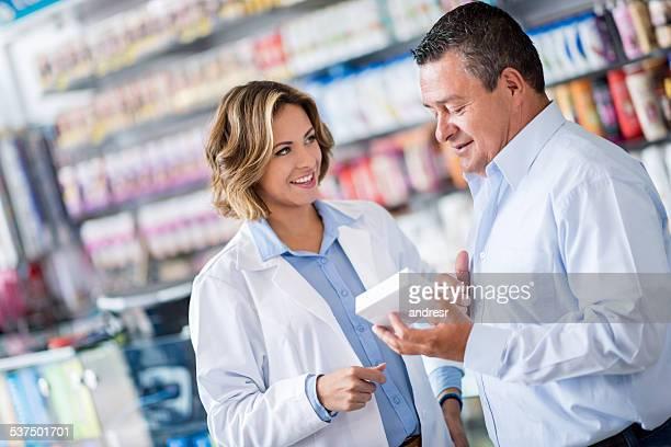 Homem no drugstore perguntar farmacêutico