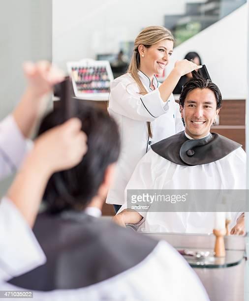 Mann im Friseur salon