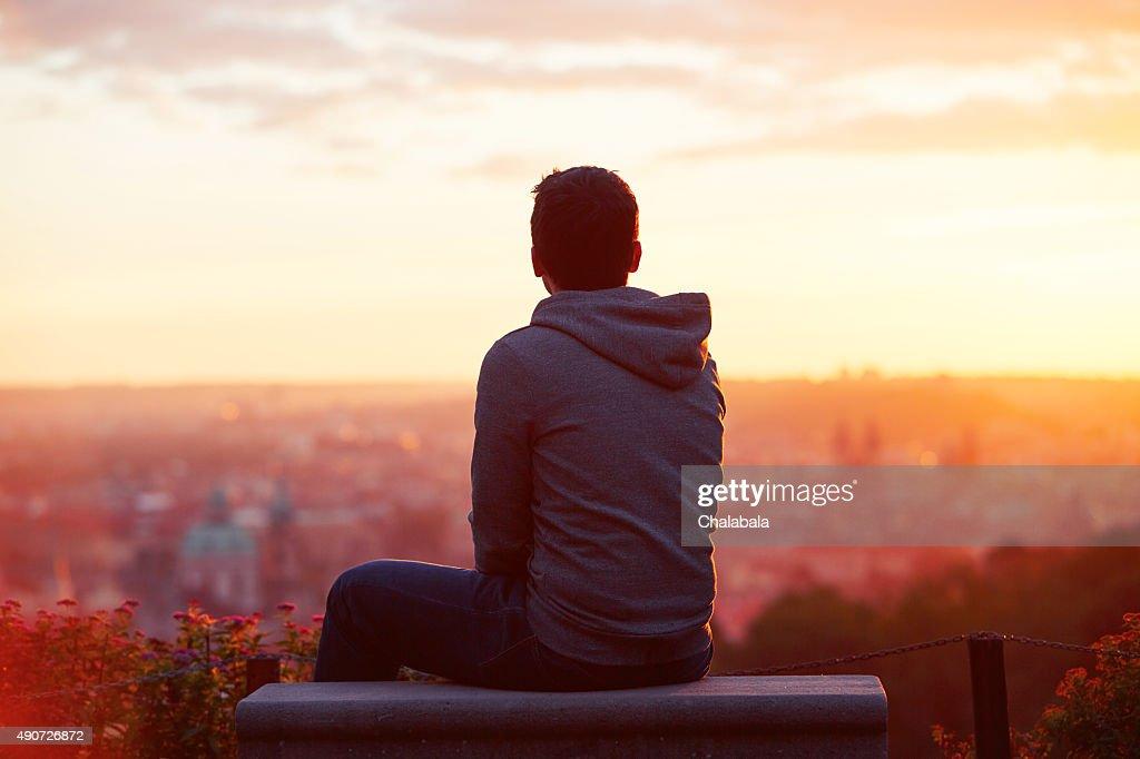 Mann im Sonnenaufgang : Stock-Foto