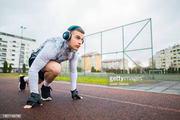 homem atleta vai correr - sprint - fotografias e filmes do acervo
