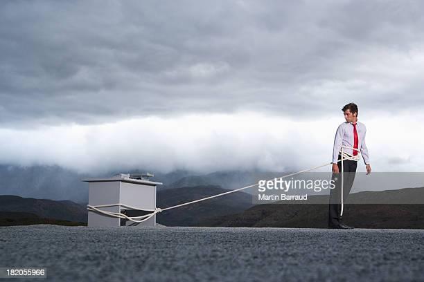 男性のために引き屋外エリアには、長いデスク - extra long ストックフォトと画像