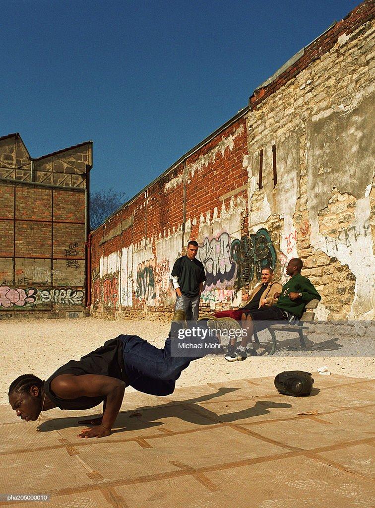 Man balancing on hands, break dancing : Stockfoto
