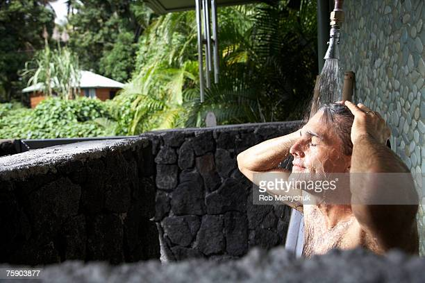 man bathing in outdoor shower - homme sous la douche photos et images de collection
