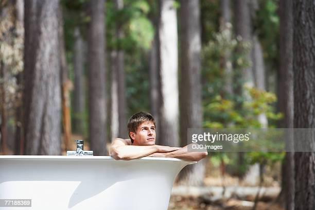 Ein Mann Baden im Freien in the woods