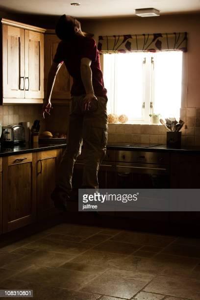 Hombre de estar secuestrado por aliens flotando en la cocina