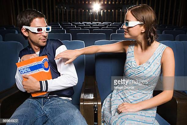 Mann egoistisch mit popcorn