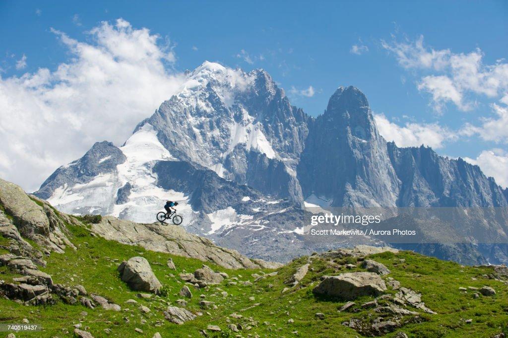 Man biking in mountains of La Flegere : Foto de stock
