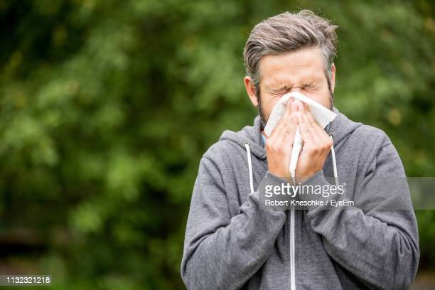 man blowing nose - handkerchief - fotografias e filmes do acervo